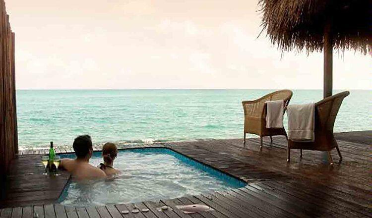 10 locuri de lux, unde se poate dormi pe plaja
