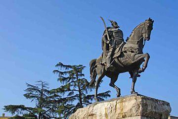 Tirana - Statuia regelui Skanderberg