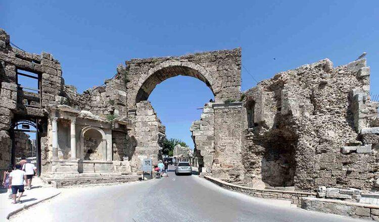 Arcul de Triumf si fantana imparatului Vespasian