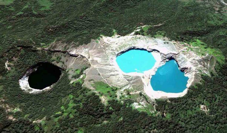 Lacurile Kelimutu care isi schimba culoarea - un mister neelucidat